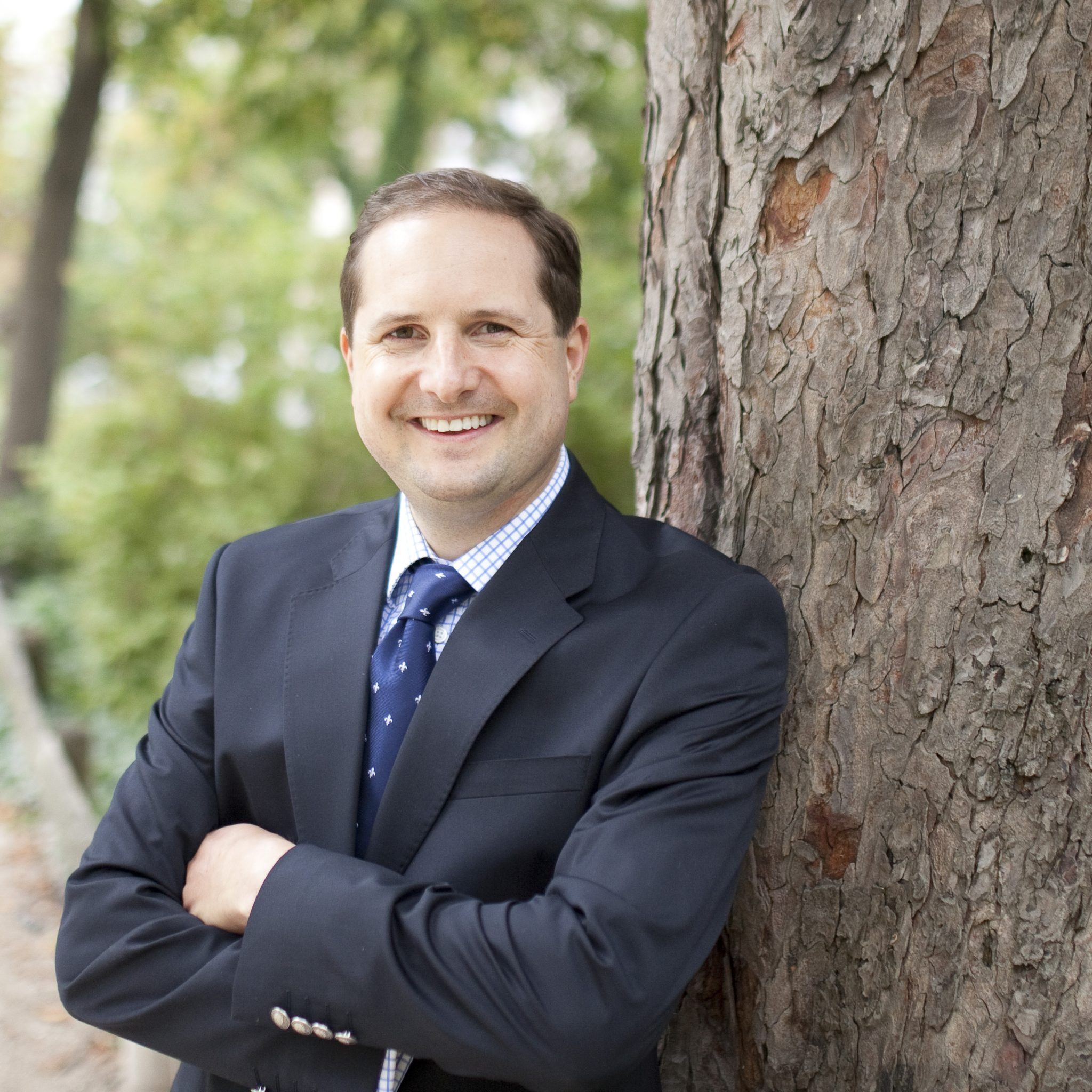 Porträt Dr Ziebart mit Baum im Hintergrund